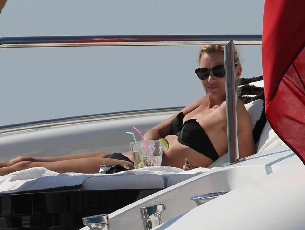 STORTRIVES SOM GIFT KVINNE: Kate Moss ser ikke ut til å ha noe imot sin nye sivilstatus. Foto: All Over Press