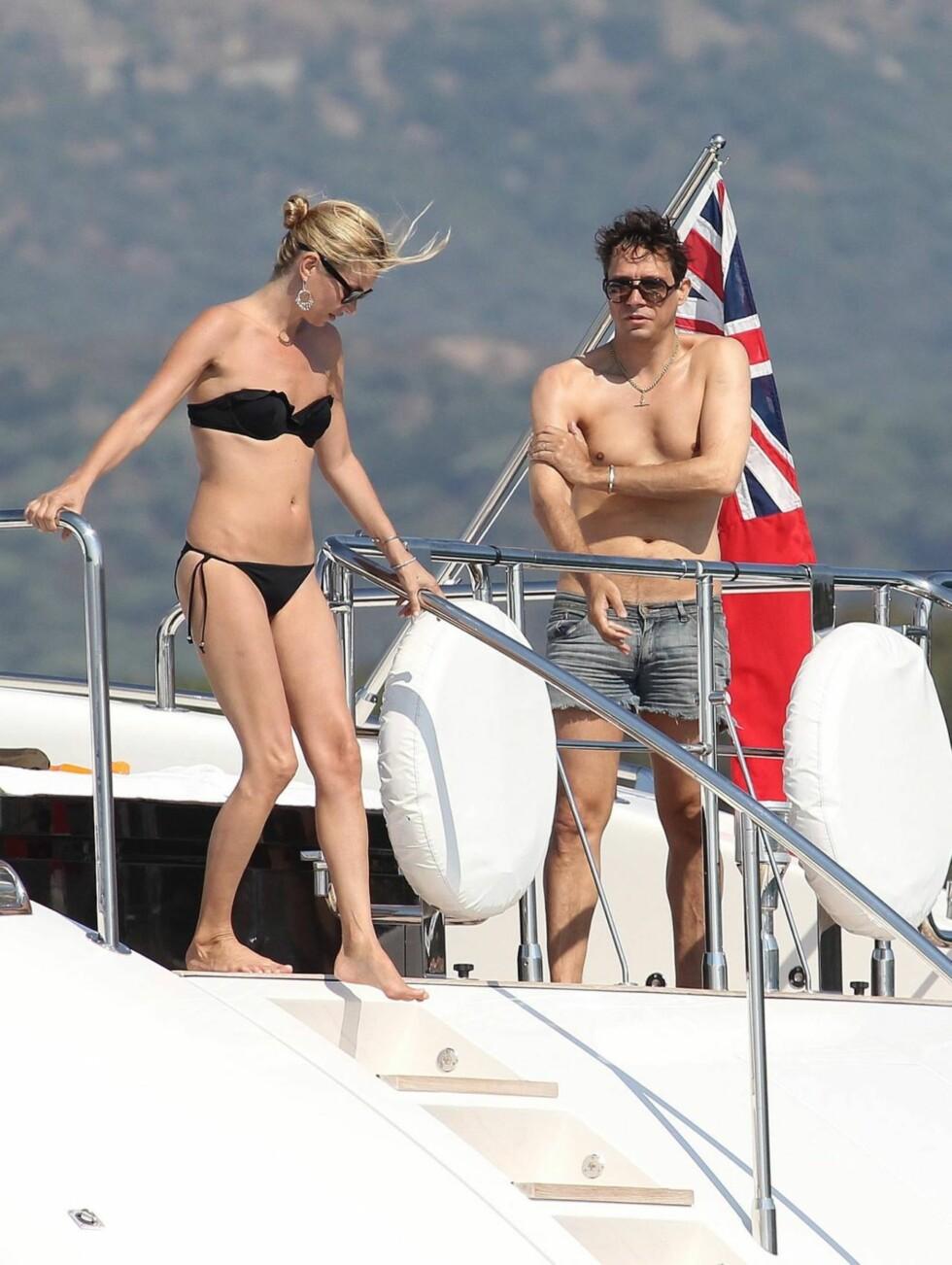 KLAR FOR EN DUKKERT: Kate Moss bestemmer seg for å teste badevannet, mens Jamie Hince er mer skeptisk... Foto: All Over Press