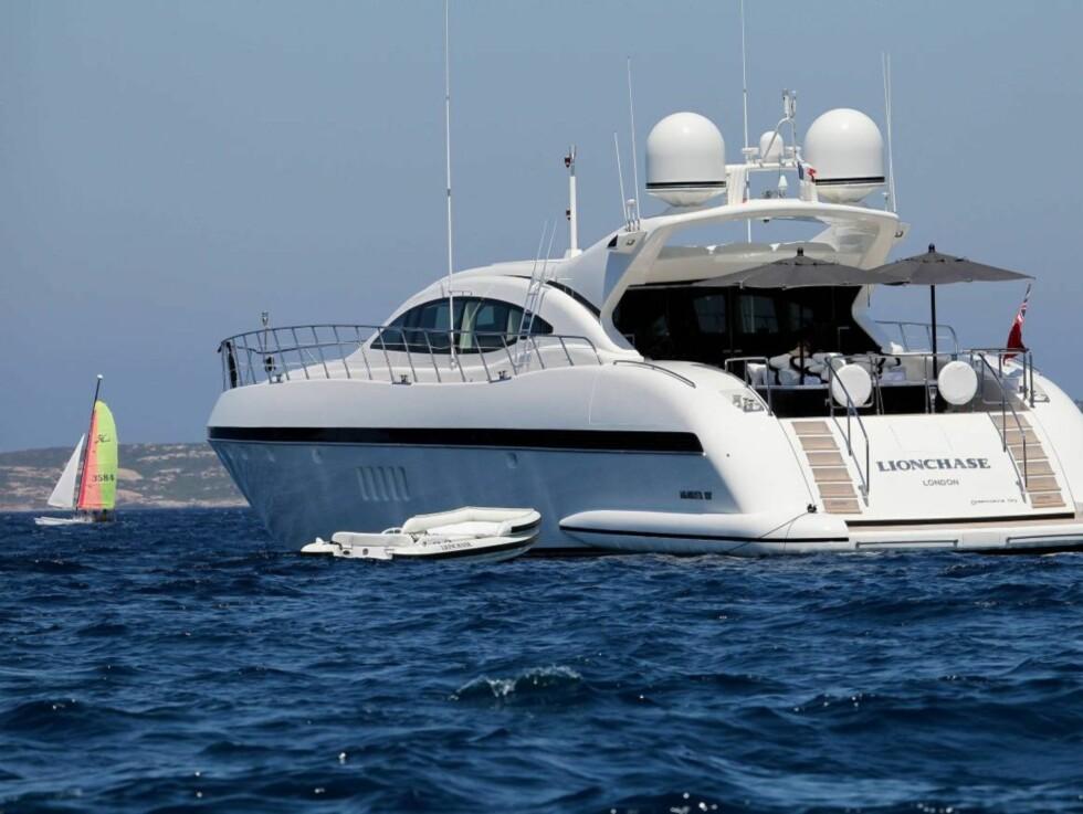 PÅ FARTØYET SKAL STORFOLK KJENNES: Det var ingen liten båt som fikk jobben med å frakte det britiske stjerneparet rundt på Middelhavs-bølgene. Foto: All Over Press