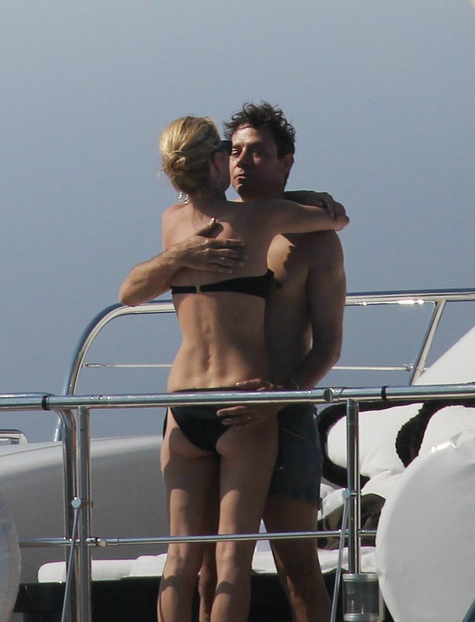 FORELSKET: Kate Moss og Jamie Hince var aldri langt fra hverandre under båtturen på sin bryllupsreise. Foto: All Over Press