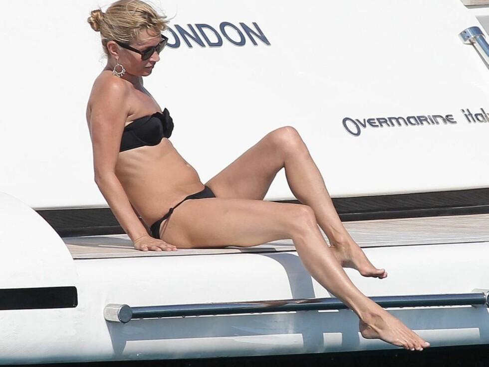 BADEGLEDE: Kate Moss tok seg flere avkjølende dukkerter under båtturen. Foto: All Over Press
