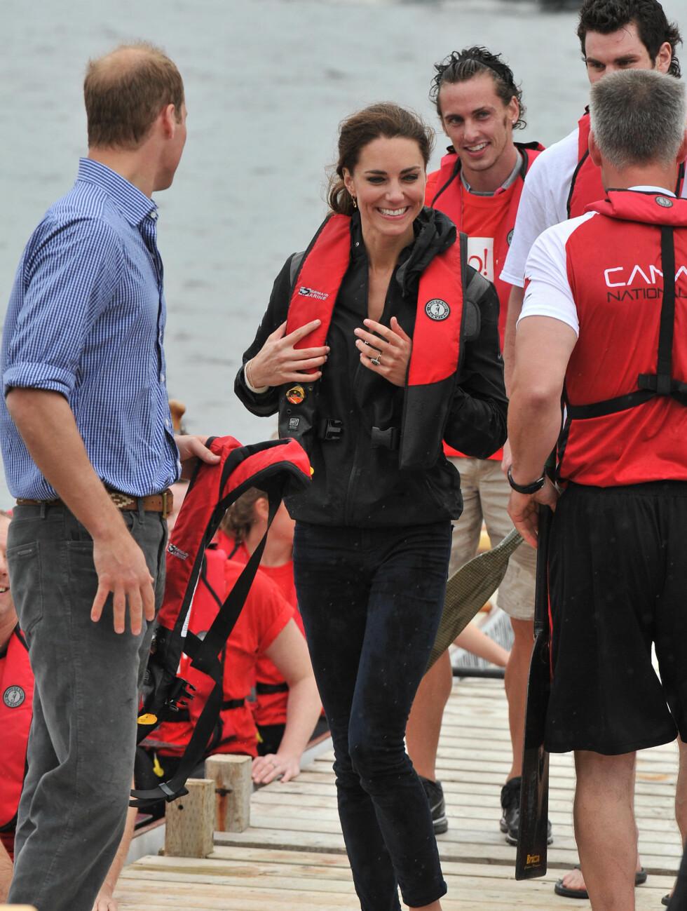 MED VEST: Det  er langt oftere man ser Kate i flotte kjoler, enn i redningsvest som ved denne anledningen.  Foto: All Over Press