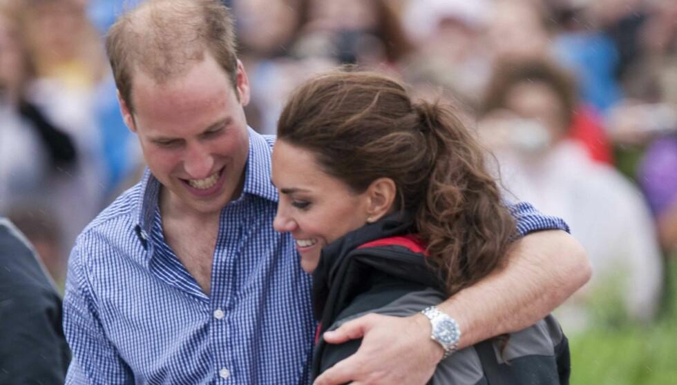 VISER FØLELSER: Litt over to måneder etter bryllupet stråler prins William og prinsesse Kate mer enn noen gang. På båtrace i Charlottetown klarte de ikke å holde hendene fra hverandre.  Foto: All Over Press