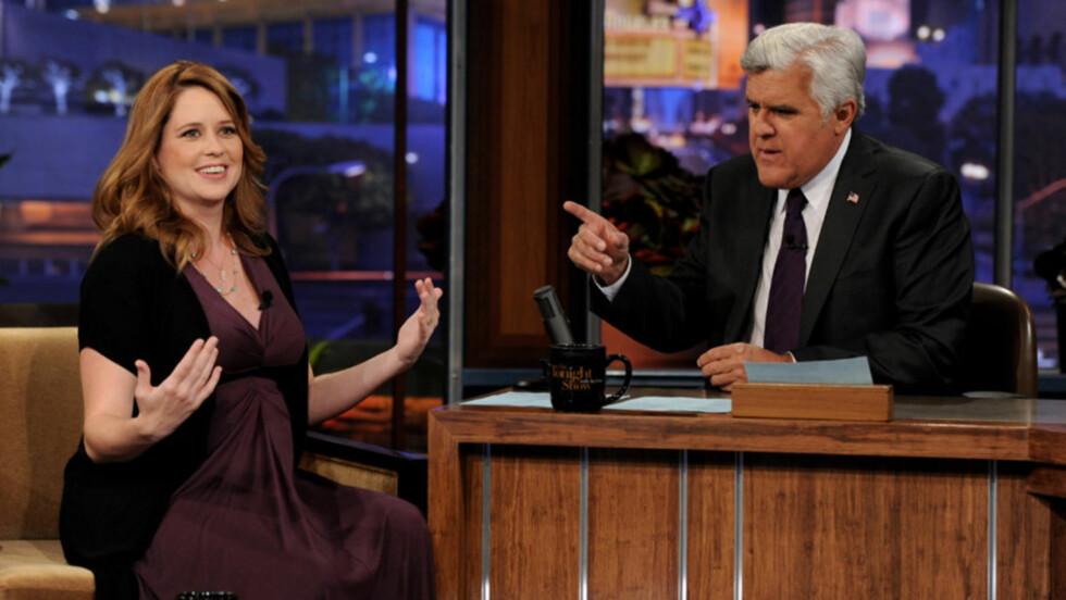 TV-STUNT: Skuespiller Jenna Fischer, som er omtrent et halvt år på vei med sitt første barn, avslørte det kommende barnets kjønn da hun gjestet «The Tonight Show» med Jay Leno (t.h) tidligere denne uken.  Foto: All Over Press