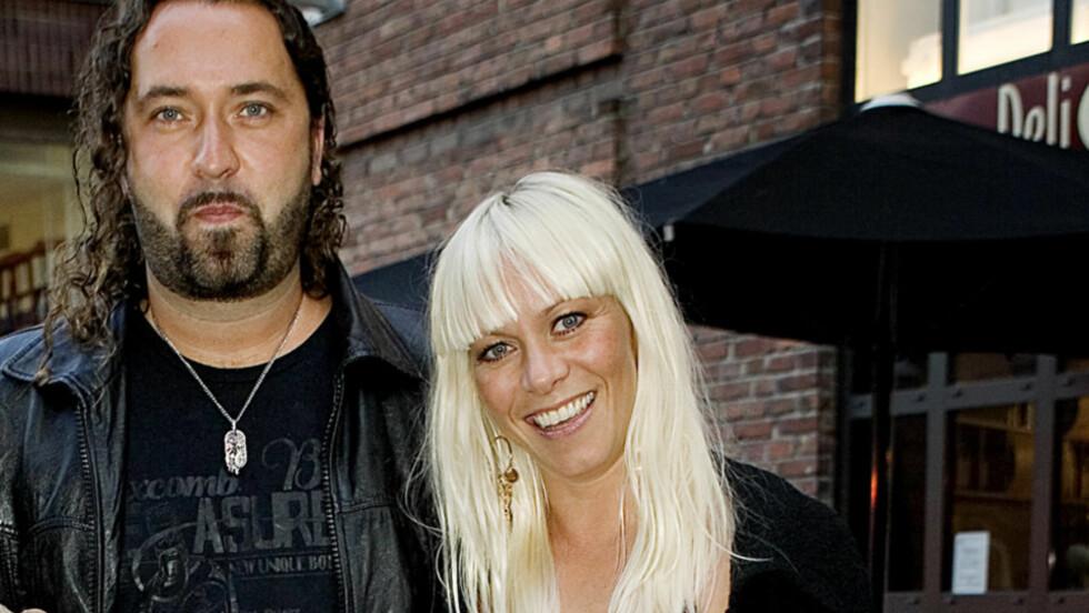 HEMMELIG GIFT: Musikerparet Marian Aas Hansen og Eirik-André Rydningen (t.v) giftet seg i helgen i Las Vegas, i en spontan og intim seremoni. Her er paret avbildet før premieren på «Litt av en mann» i 2009. Foto: Scanpix