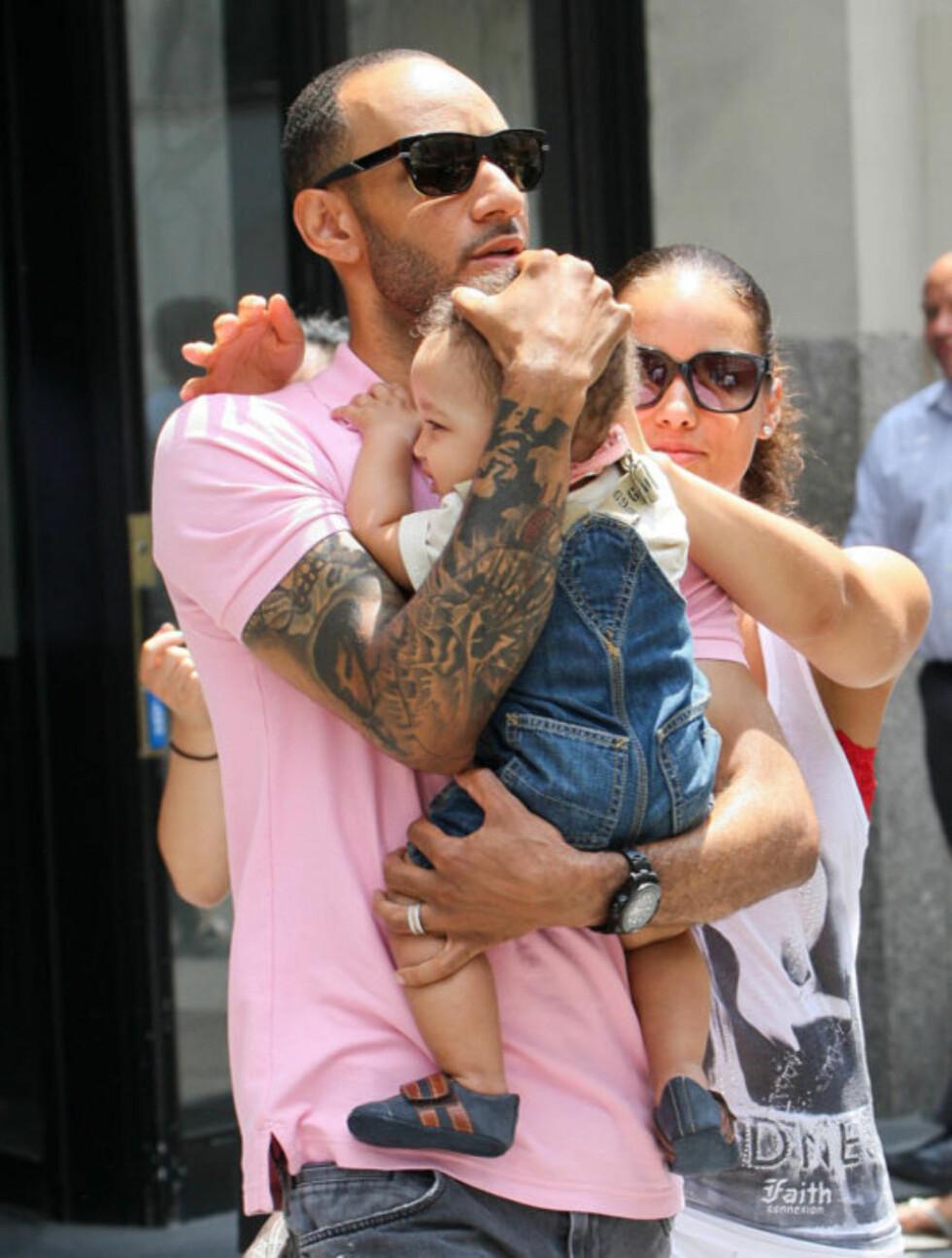 PASSER PÅ: Alicia Keys og Swizz Beatz sørget for å verne godt om lille Egypt da de lot paparazziene fotografere ham for første gang, i New York denne uken.  Foto: All Over Press