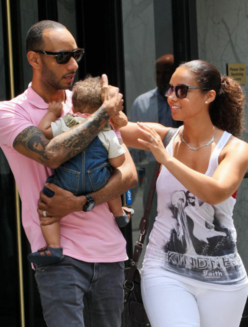 KOSELIG KJEDE: Alicia Keys hadde på seg et søtt sølvkjede med de tre navnene Alicia, Egypt og Kasseem på - et symbol på deres fullendte lille familie.  Foto: All Over Press