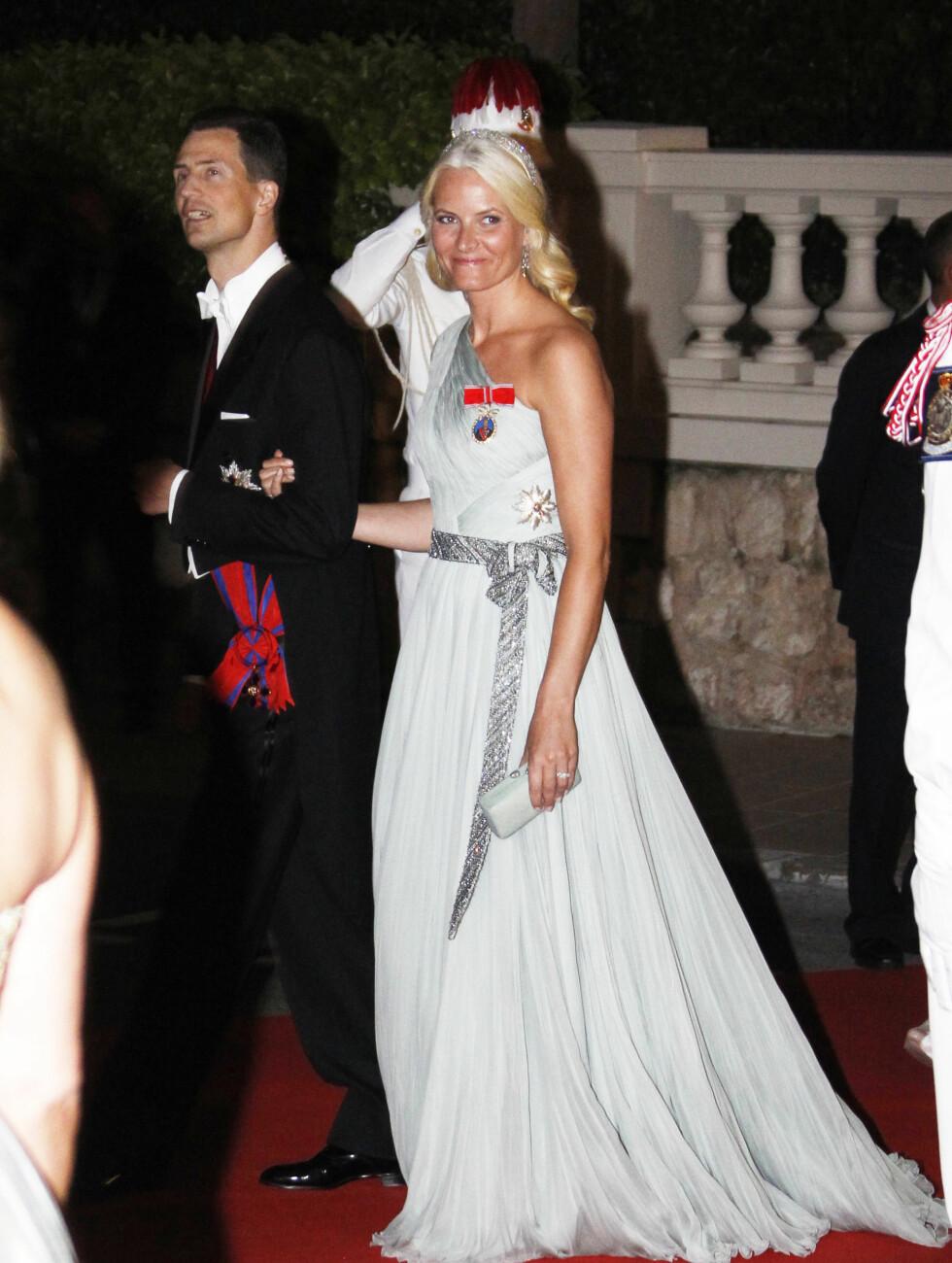 NORGE-Liechtenstein Kronprinsesse Mette-Marit blir eskortert inn til gallamiddag av arveprins Alois av Liechtenstein.  Foto: Scanpix