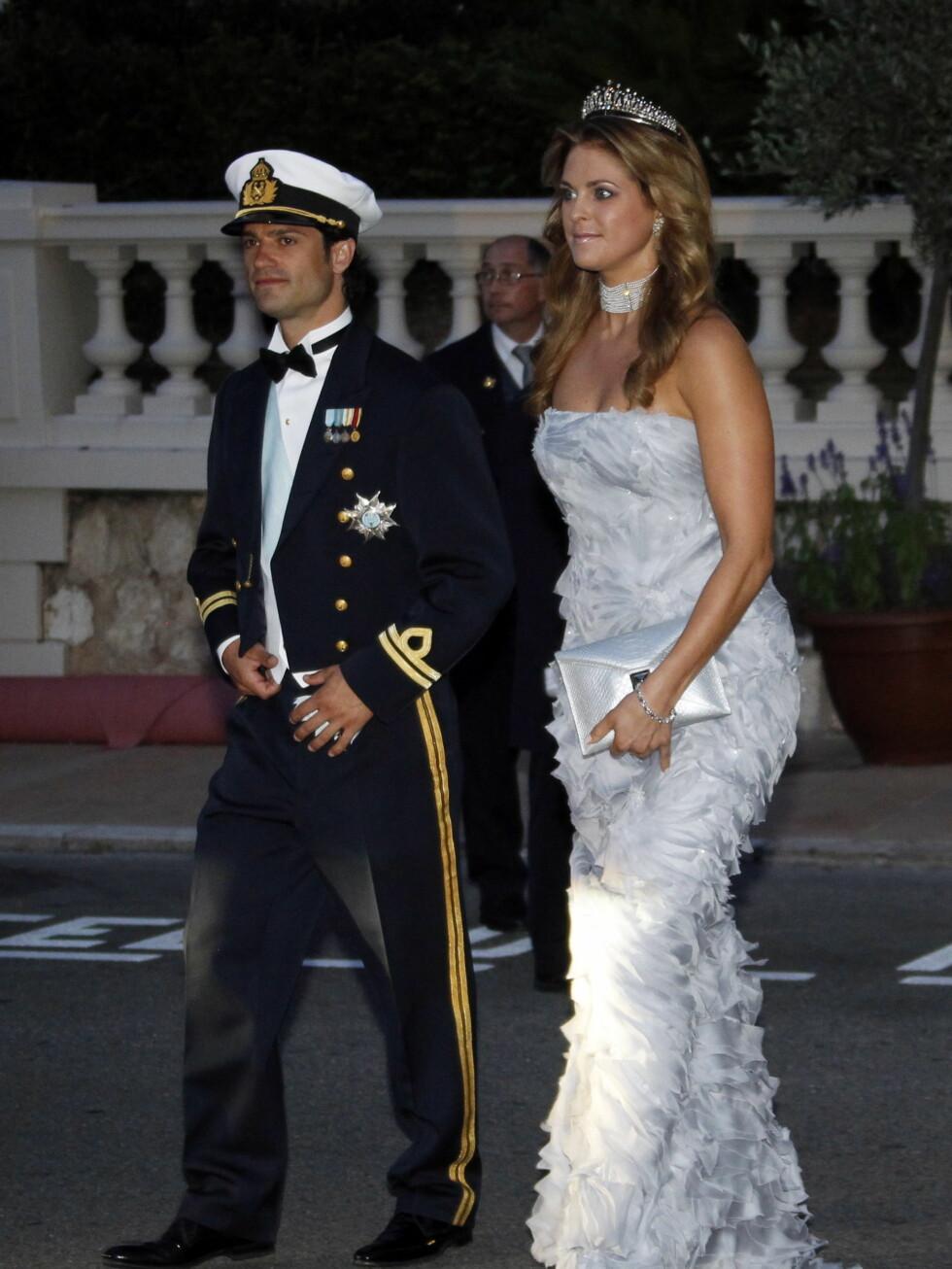 HELSVENSK: Verken prinsesse Madeleine eller prins Carl-Philip hadde med seg sine kjære i bryllupet. Og også til festen måtte de ta til takke med hverandre. Foto: Scanpix