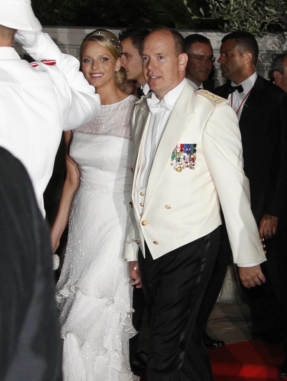 NYTT ANTREKK: Fyrst Albert og prinsesse Charlene på vei inn til gallamiddag etter sitt eget bryllup. Foto: Scanpix