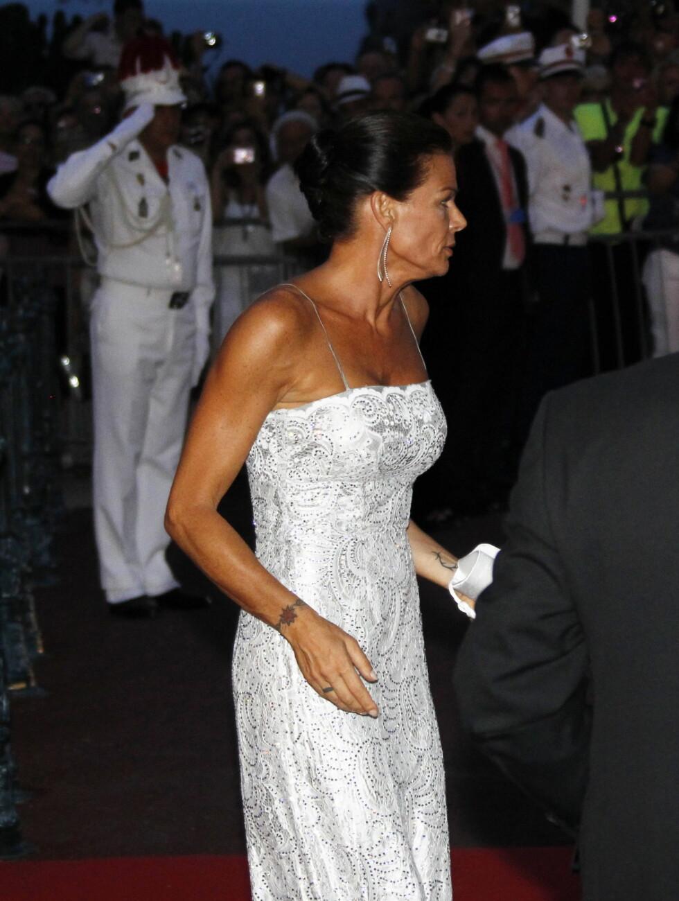 ALENE: Prinsesse Stephanie på vei inn til gallamiddag for broren helt alene. Foto: Scanpix