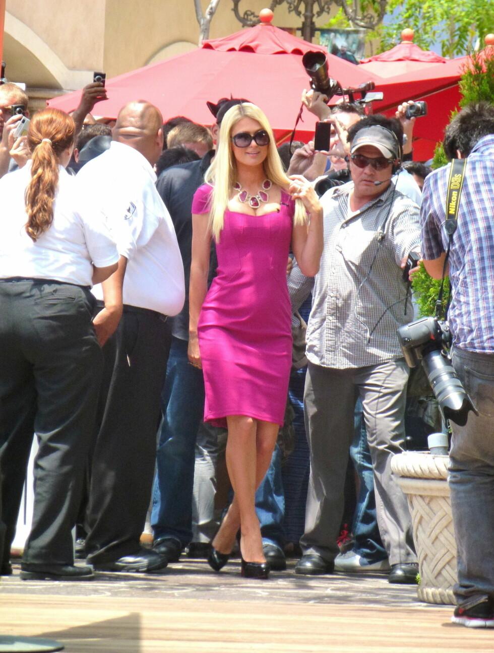 <strong>GLAD:</strong> Paris smilte og var glad på eventen i LA i går, men ble senere sett prøve å dekke til kulen med hendene under TV-intervju.  Foto: Visual Press Agency