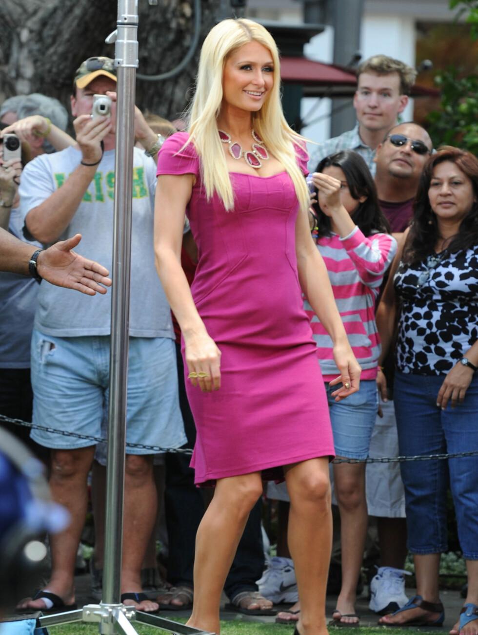 <strong>MAGEKUL:</strong> Paris Hilton vekker oppsikt i denne kjolen på grunn av kulen på magen. Foto: All Over Press