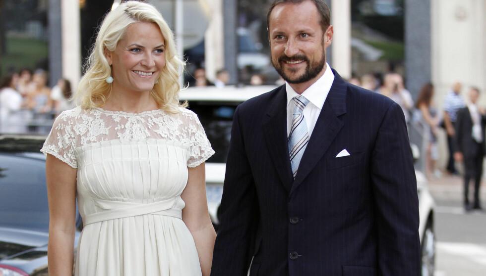 <strong>VAKKER:</strong> Kronprinsesse Mette-Marit var vakker i en kremfarget kjole. Kronprins Haakon fortalte at han gledet seg til fest. Foto: Scanpix