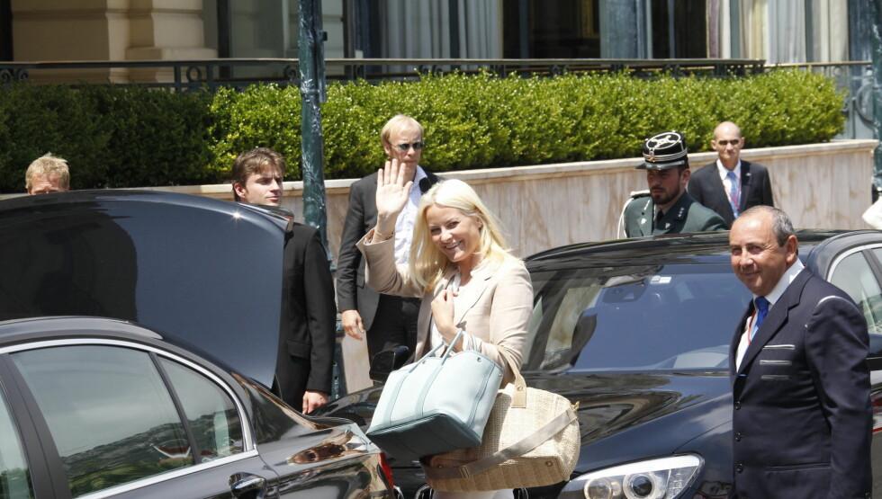 I MONACO: Mette-Marit var i strålende humør da hun ankom «Hotel de Paris» i Monaco fredag. Foto: Scanpix