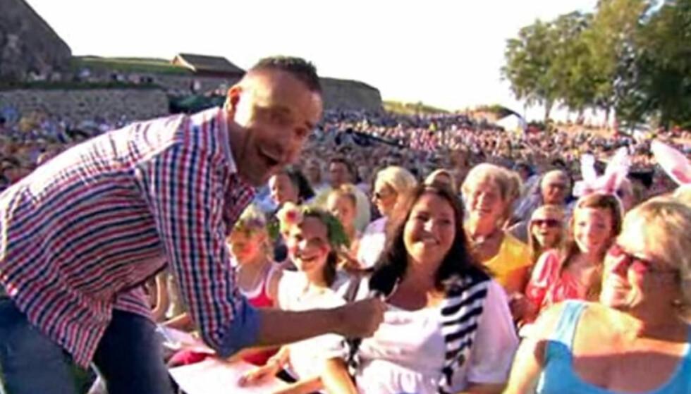 SANG FOR TV-SEERNE: Øyvind Mund trosset nervene da han torsdag debuterte som TV-sanger i «Allsang på Grensen» på TV 2. Foto: TV 2