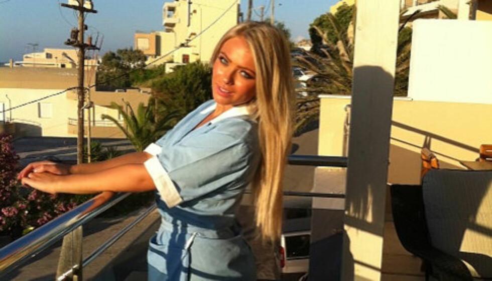 BLE FRIDD TIL I SYDEN: Modellen Annette Soknes fikk et uventet friermål i fanget under innspillingen av TV3s nye realityserie «Hotell i Syden» i juni. Her poserer hun i arbeidsantrekket under innspillingen. Foto: Privat