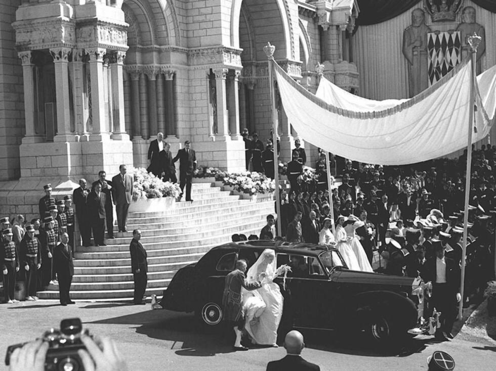 <strong>FOLKEFEST:</strong> Grace Kelly gjør seg klar for en av sine første kjøreturer som gift kvinne. Foto: Stella Pictures