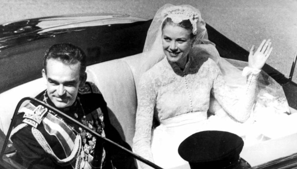 <strong>EVENTYRBRYLLUP:</strong> Grace Kelly ble tatt i mot med åpne armer da hun i 1956 giftet seg med Monacos fyrst Rainier . Her møter de folket i bil etter vielsen.