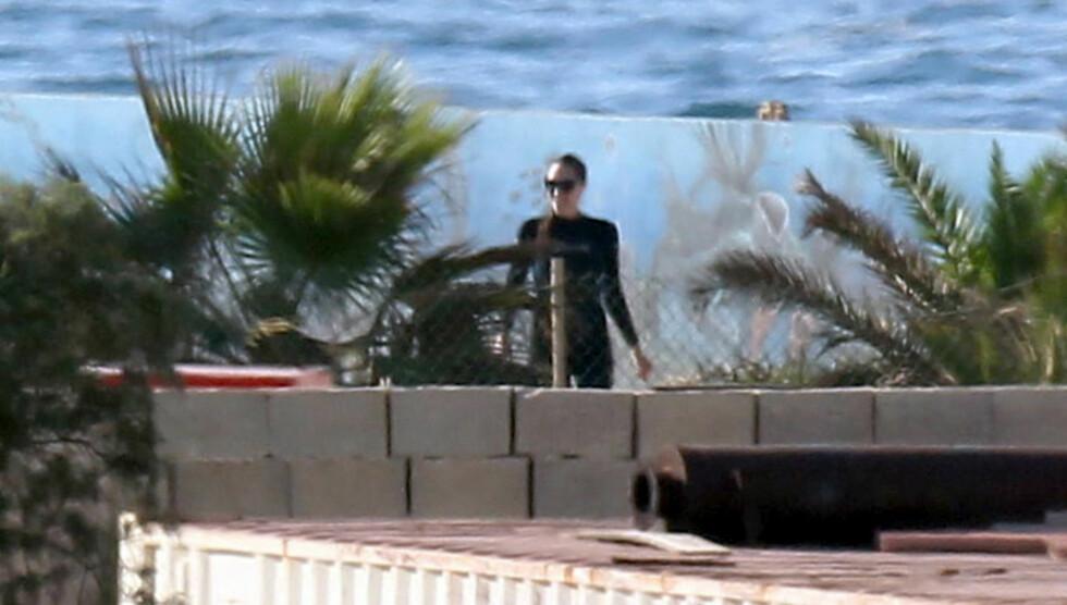 GJEMTE KROPPEN: Angelina Jolie badet i våtdrakt, til tross for den varme temperaturen i vannet. Foto: All Over Press