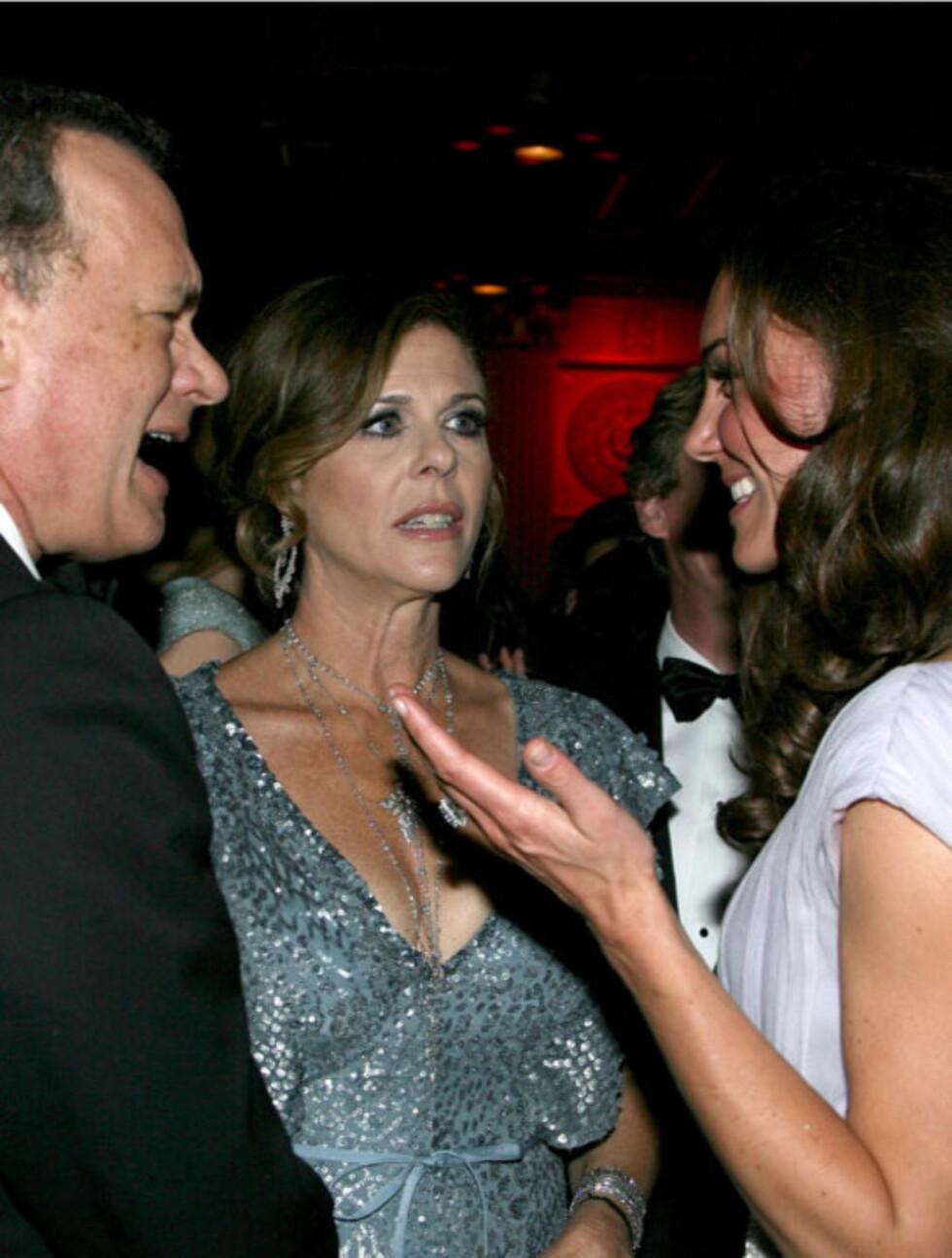 STJERNELAG: Kate og William minglet med Hollywoodstjernene lørdag kveld. Her sjarmerer hertuginnen (t.h) Oscar-vinner Tom Hanks (t.v) og hans skuespillerkone Rita Wilson.  Foto: STELLA PICTURES