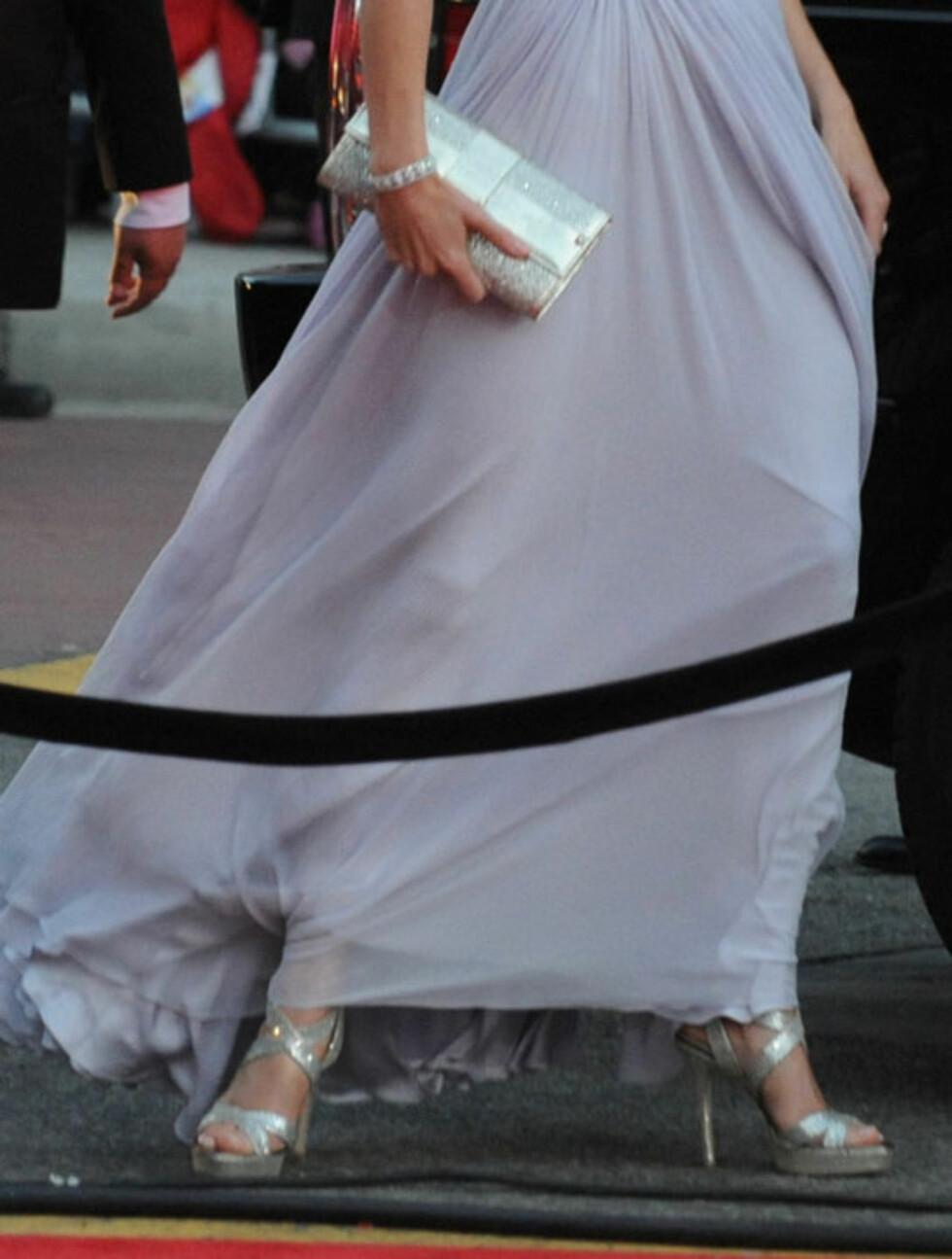 FLOTTE DETALJER: Hertuginne Kates Jimmy Choo-sandaler, matchende veske og de diskré smykkene stod perfekt til den delikate Alexander McQueen-kjolen, noe som får amerikanske medier til å utnevne henne til stildronning på helgens BAFTA-fest.    Foto: Stella  Pictures