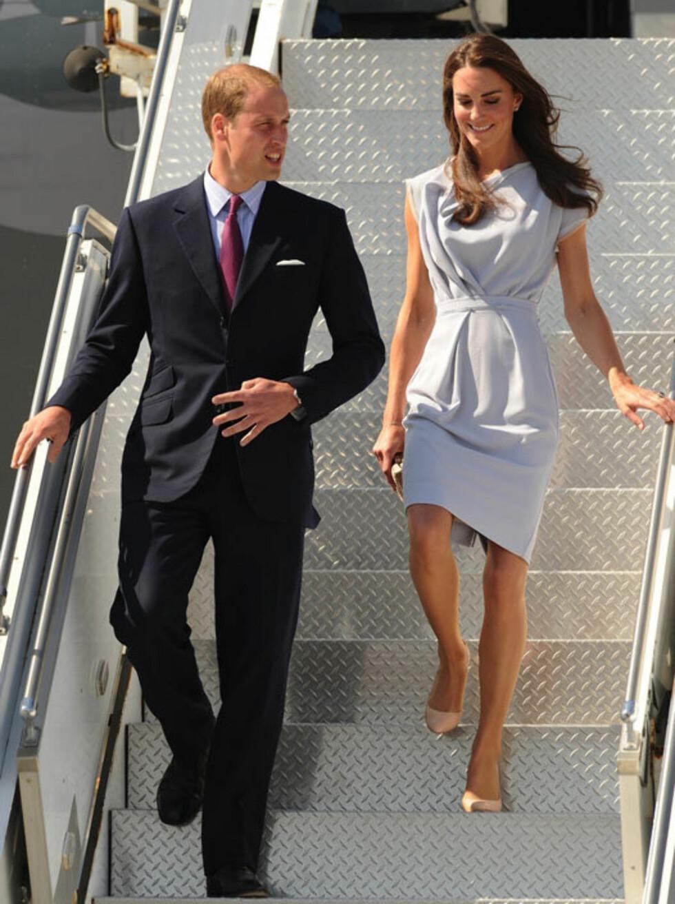 FIN FARGE: Da hertuginne Kate og prins William ankom flyplassen i Los Angeles, var Kate iført en kjole fra Roksanda Ilincic, i nesten samme delikate farge som aftenkjolen fra Alexander McQueen som hun strålte i på BAFTA-gallaen lørdag.  Foto: Visual Press Agency