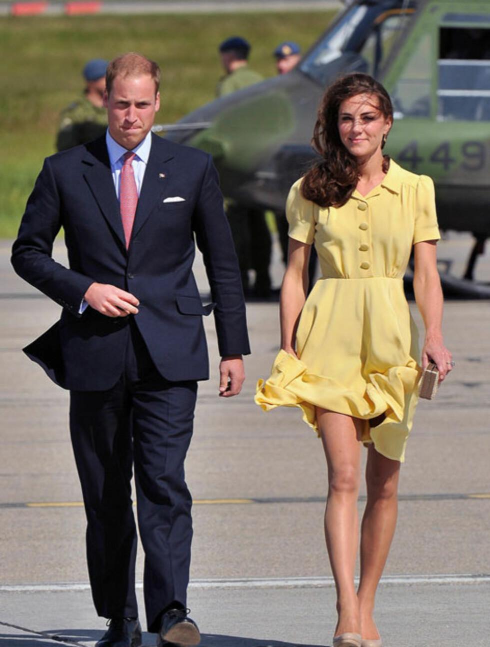 PEN OG PRAKTISK: Ved ankomst i Calgary før helgen var hertuginne Kate (t.h) iført kjole fra kjendisfavoritt Jenny Packman, mens skoene og vesken er fra rimelige L.K. Bennett. Tilbehøret brukte hun flere ganger på Amerika-turen. Prins William var ifør Foto: All Over Press
