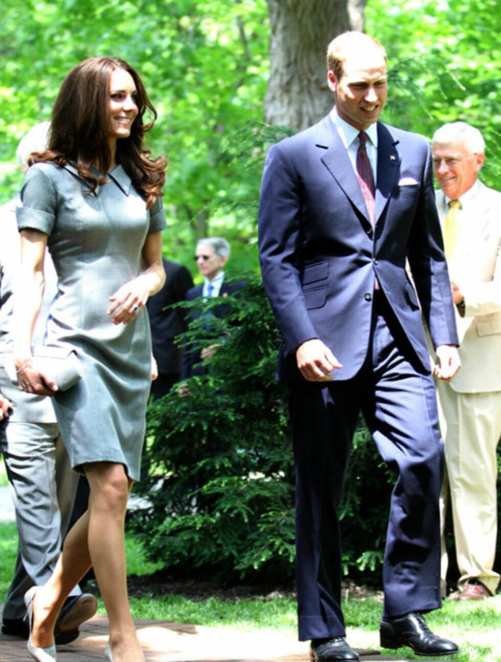 ELEGANT: Hertuginne Kate er påpasselig med å ikke la antrekket og tilbehøret slå hverandre i hjel - her går kjolen fra Catherine Walker ton-i-ton med den lille vesken og Tabitha Simmons-skoene med slangeskinnstrykk. Her avbildet med prins William på Foto: All Over Press