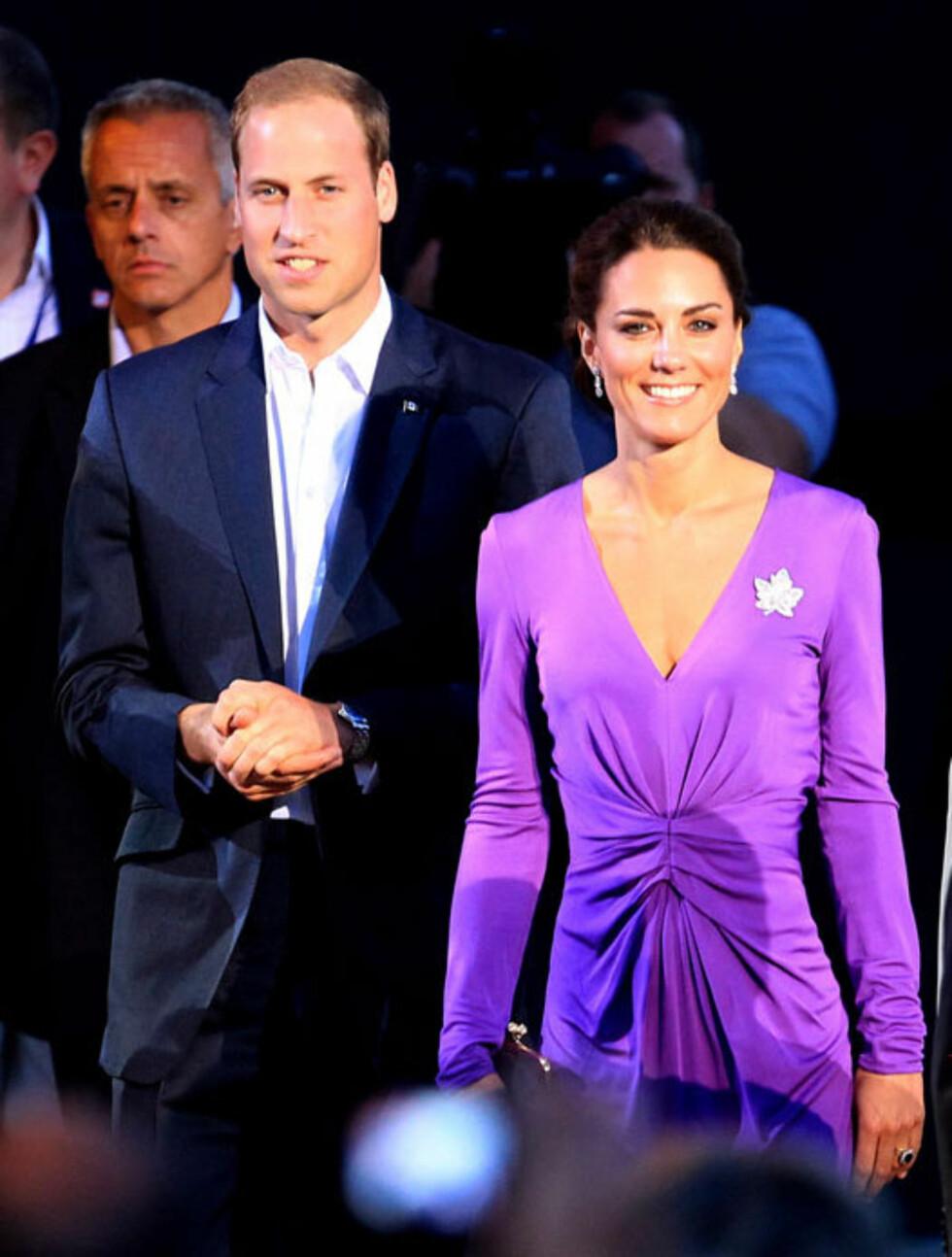 LEKKER I LILLA: Prins Williams mørkeblå dress stod fint til hertuginnens sjokklilla Issa-kjole. Legg merke til den lønnebladformede brosjen, som Kate har lånt av dronningen. Her på kveldsfeiringen av Canada Day i Ottowa.  Foto: All Over Press