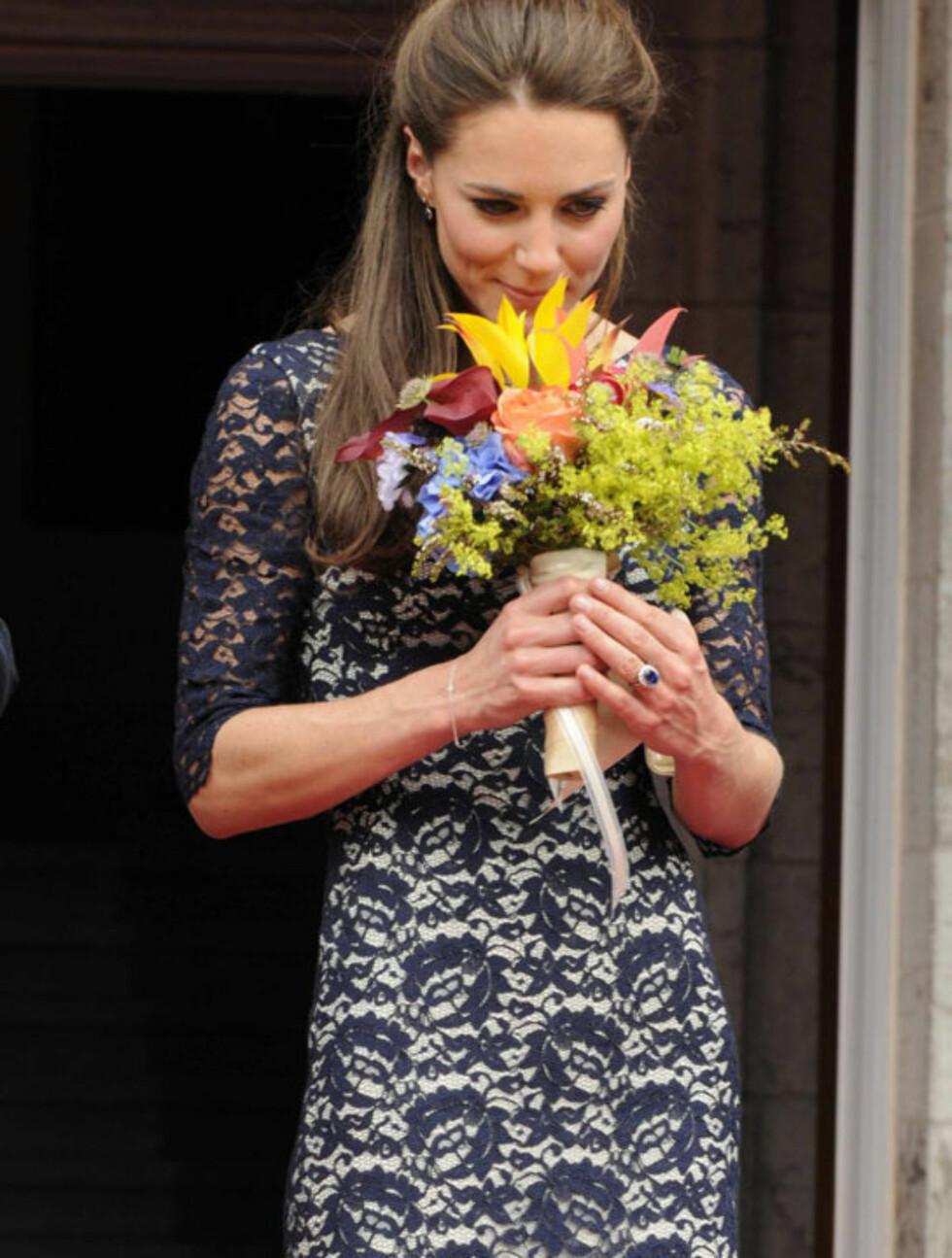 BRA START: Hertuginne Kate innledet Canada-turnéen iført en blondekjole i elfenben og marineblått, signert den kanadiske, londonbaserte designeren Erdem Moralioglu. Foto: All Over Press
