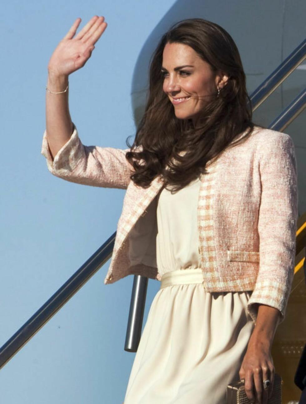 KLASSISK: Da hertugparet ankom Charlottetown 3. juli var det en anstrøk av Jackie Kennedy over hertuginne Kates delikate, tidløse antrekk.  Foto: Stella  Pictures