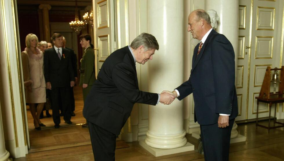 MØTTE KONGEN:  Journalist Simon Flem Devold hilser på kong Harald på mottagelse av de som fikk Kongens fortjenstmedalje i 2003. Foto: SCANPIX