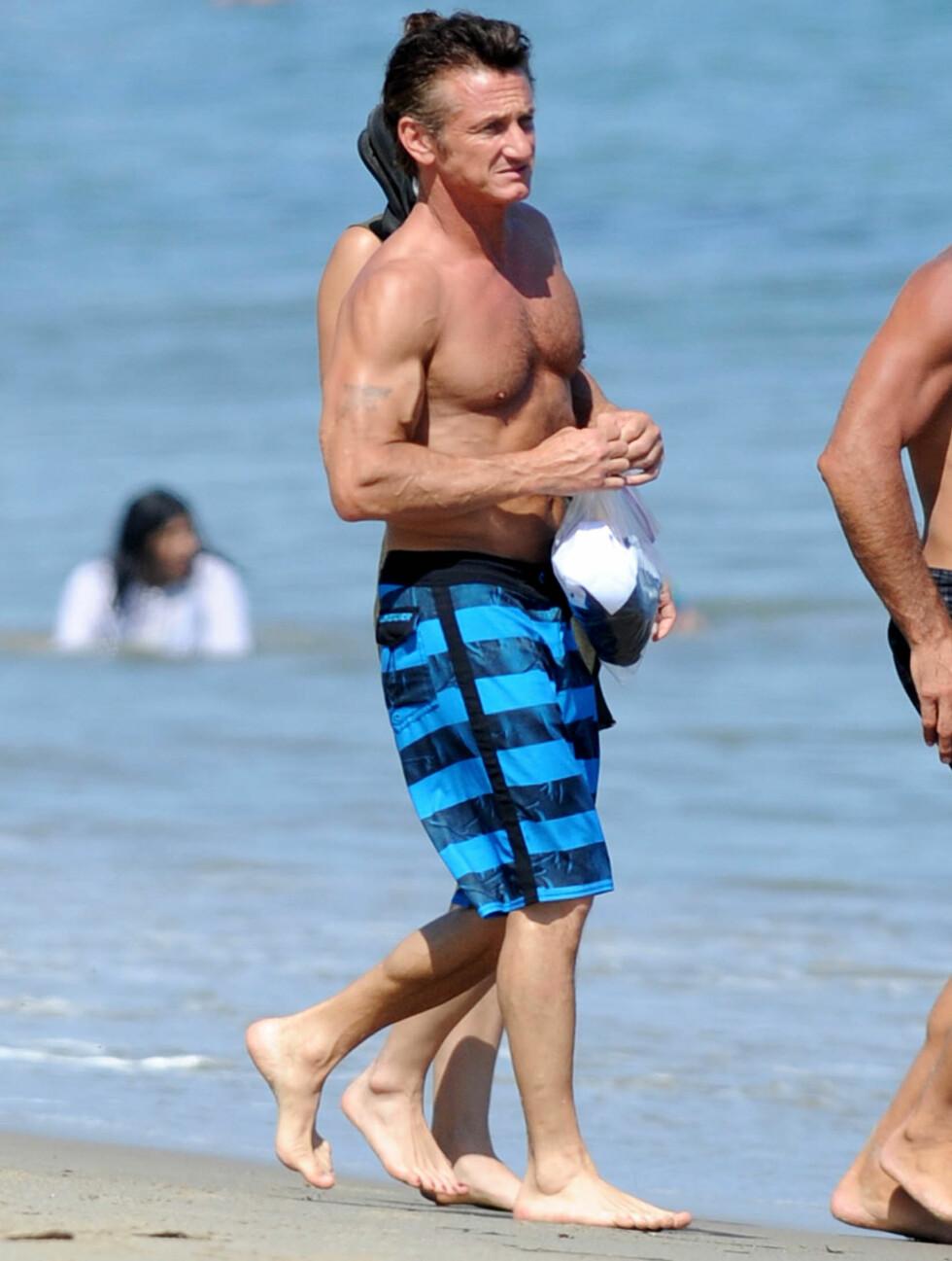 <strong>TOPPTRENT:</strong> Sean Penn viste at han var i kjempeform da han kastet klærne på stranda. Foto: All Over Press