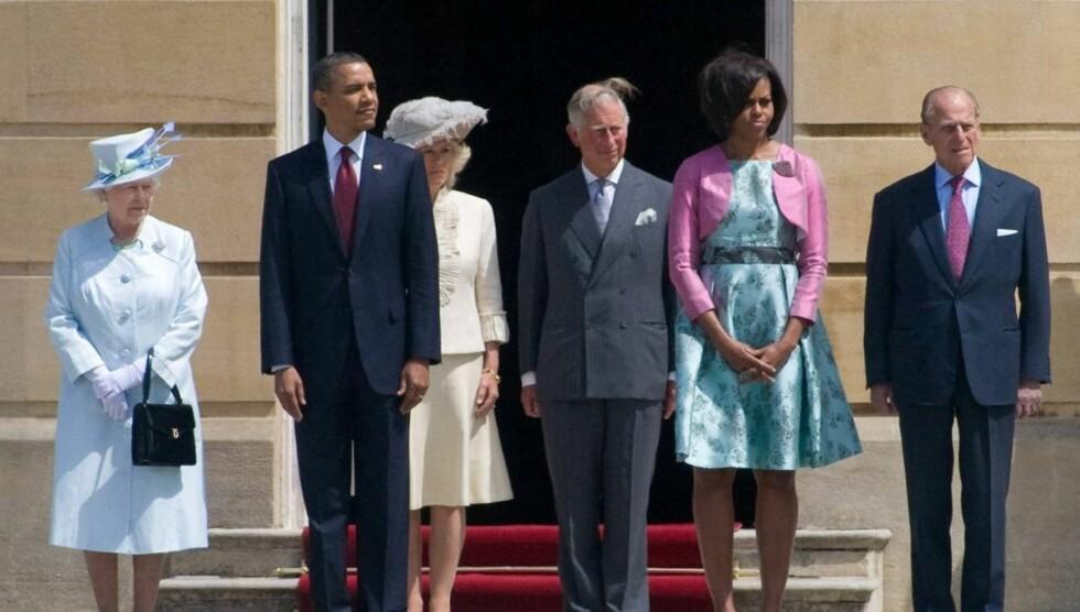 TRØBBEL FOR ALVOR: - Michelle vil forlate Det Hvite Hus - og sin ektemann, forteller en ikke-navngitt kilde til den amerikanske tabloiden Globe. Her er de to avbildet sammen med Dronning Elizabeth II, Hertuginnen av Cornwall, Camilla, Prins Charles og pr Foto: All Over Press