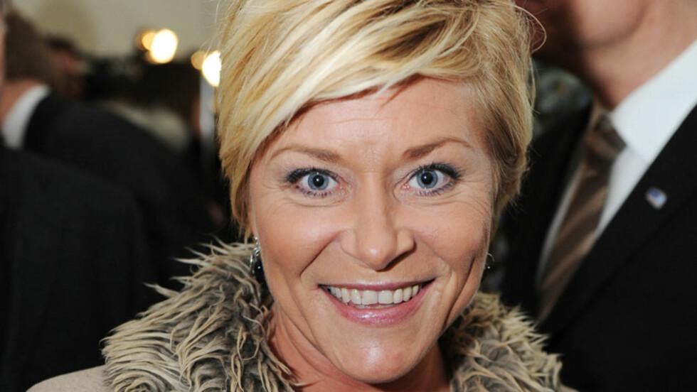 HELL I UHELL: FrP-leder Siv Jensen hadde en båtulykke få dager etter sin egen 42-årsdag, men kom seg heldigvis på bena igjen rimelig raskt. Her er toppolitikeren avbildet på en annen bursdagsfeiring, nemlig Høyre-leder Erna Solbergs 50-årslag i feb Foto: Stella Pictures
