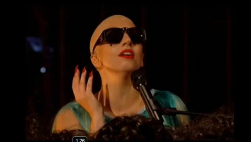 UTEN HÅR: Slik så Lady Gaga ut da hun gjestet britiske «Paul O'Grady Show» i helgen. Der framførte hun sin nye låt «Hair». Foto: YouTube.com