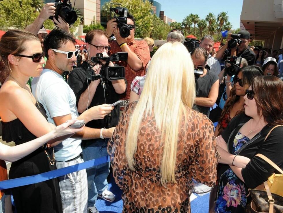 OMGITT AV PRESSE: Crystal Harris ble raskt omringet av amerikansk presse da hun dukket opp på utestedet Wet Republic. Foto: All Over Press