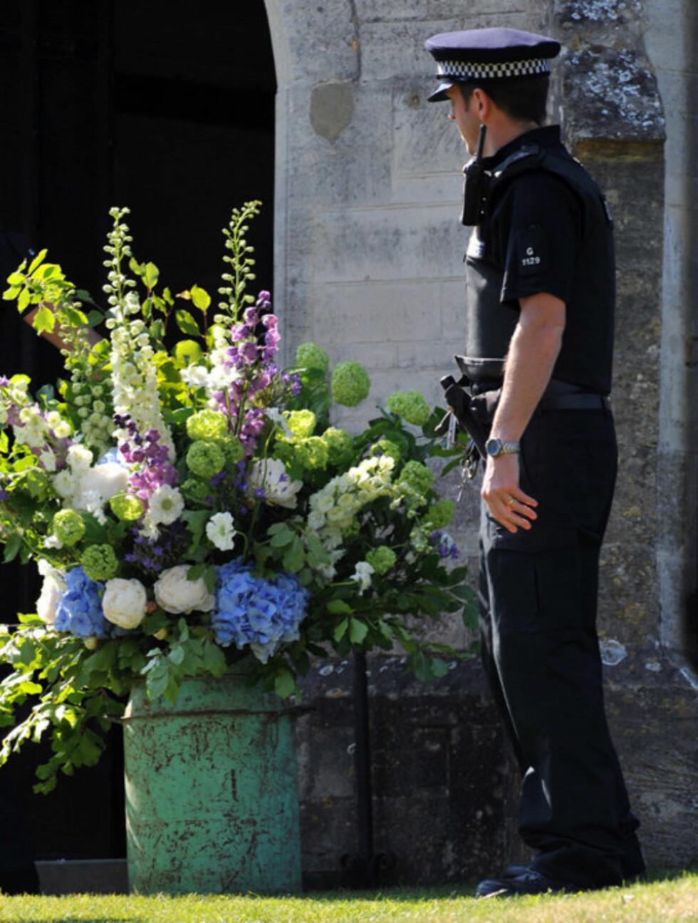 STRENG SIKKERHET:Brudeparet hadde leid inn ekstra politibeskyttelse i anledning bryllupet. Selv blomsterdekorasjonene ble visst bevoktet...  Foto: All Over Press