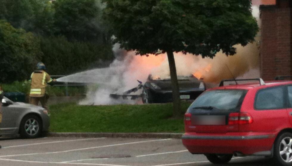 TOK FYR: Lamborghinien som Tshawe Baqwa hadde kjørt stod i full fyr, da brannvesenet ankom åstedet på Furuset i 18.30-tiden mandag. Foto: Seher.no-tipser