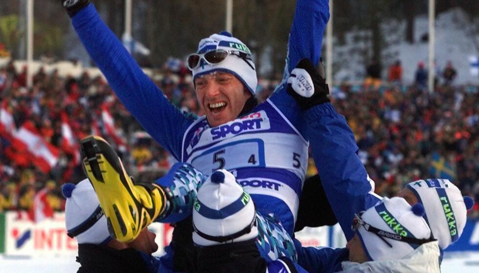 PÅ GULLSTOL_ Det finske langrennslandslaget vant stafetten i Lathti, før de ble tatt i doping. Her blir en lykkelig Mika Myllylä løftet opp av sine lagkamerater (f.v) Harri Kirvesniemi, Sami Repo og Janne Immonen. Foto: SCANPIX