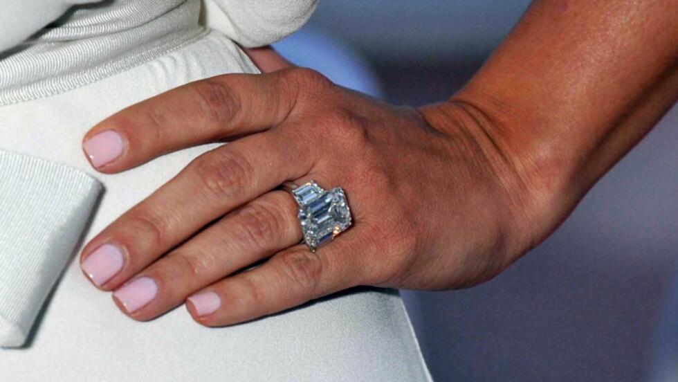 <strong>FOR VERDIFULL:</strong> Nyforlovede Kim Kardashian mener denne 20,5 karats diamantringen er for verdifull til å bruke til hverdags. Derfor vil hun nå få laget en rimeligere kopi av forlovelsesringen, så hun slipper å shoppe med drøye 10 millioner kroner på  Foto: Stella  Pictures
