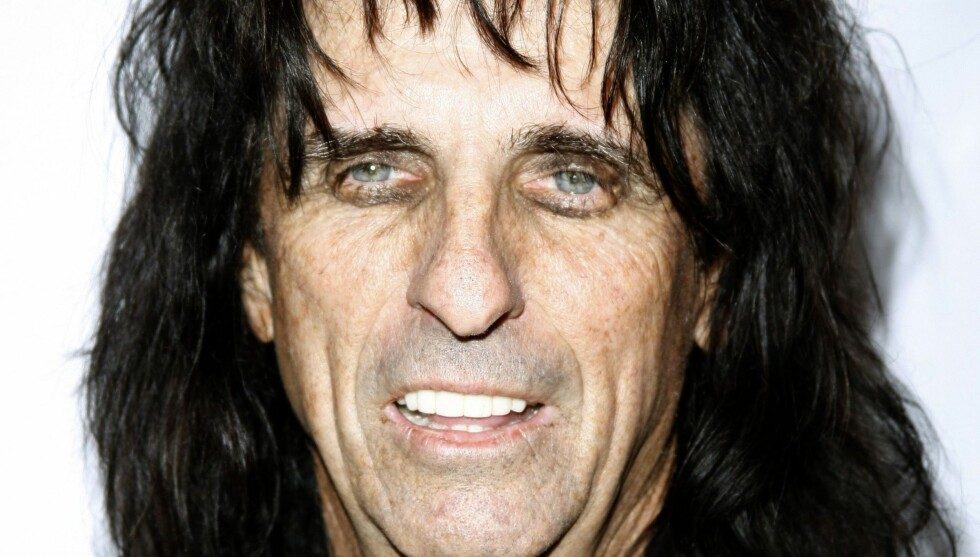 BLE STOPPET: Elvis Presley holdt fast Alice Cooper og annonserte: Slik stopper du en mann med pistol!  Foto: AP