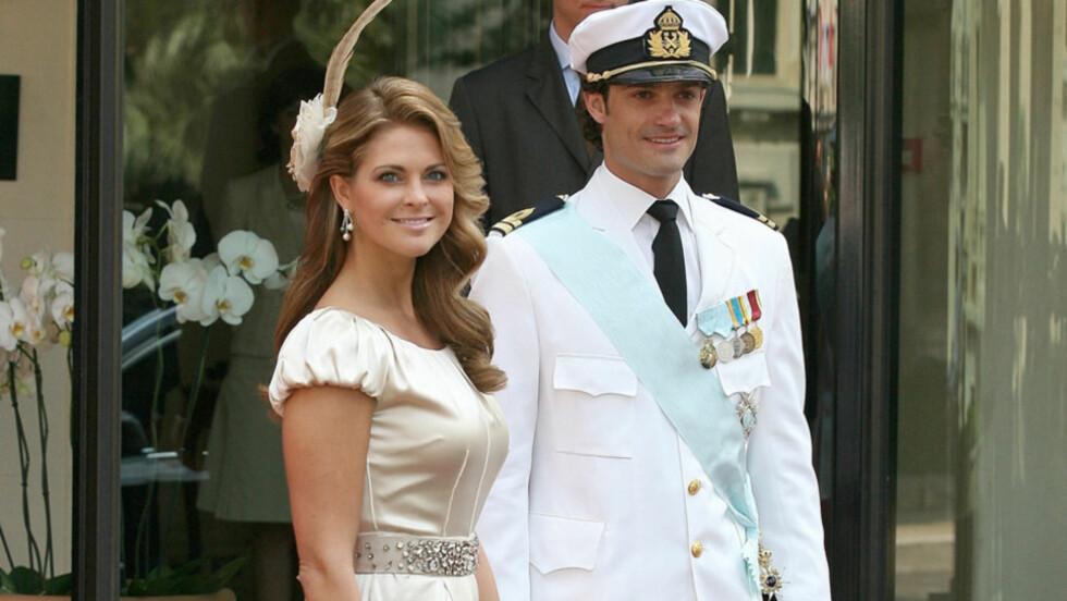<strong>SØSKENKJÆRLIGHET:</strong> Både Sveriges prinsesse Madeleine og prins Carl Philip kom uten sine respektive kjærester til lørdagens religiøse bryllupsseremoni under fyrstebryllupet i Monaco. Dermed holdt de heller hverandre med selskap på den røde løperen  Foto: All Over Press