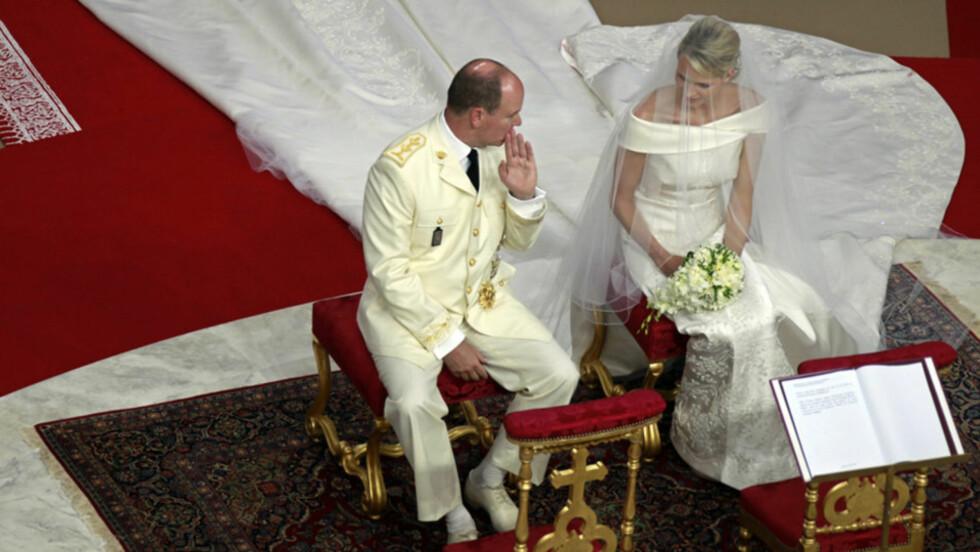 <strong>TUNGT ALVOR:</strong> Charlene var tydelig preget av nerver og stundens alvor under den religiøse bryllupsseremonien i slottets borggård i Monte Carlo lørdag. Fyrst Albert var derimot mer munter og avslappet i fremtoningen. Foto: Reuters/ Scanpix