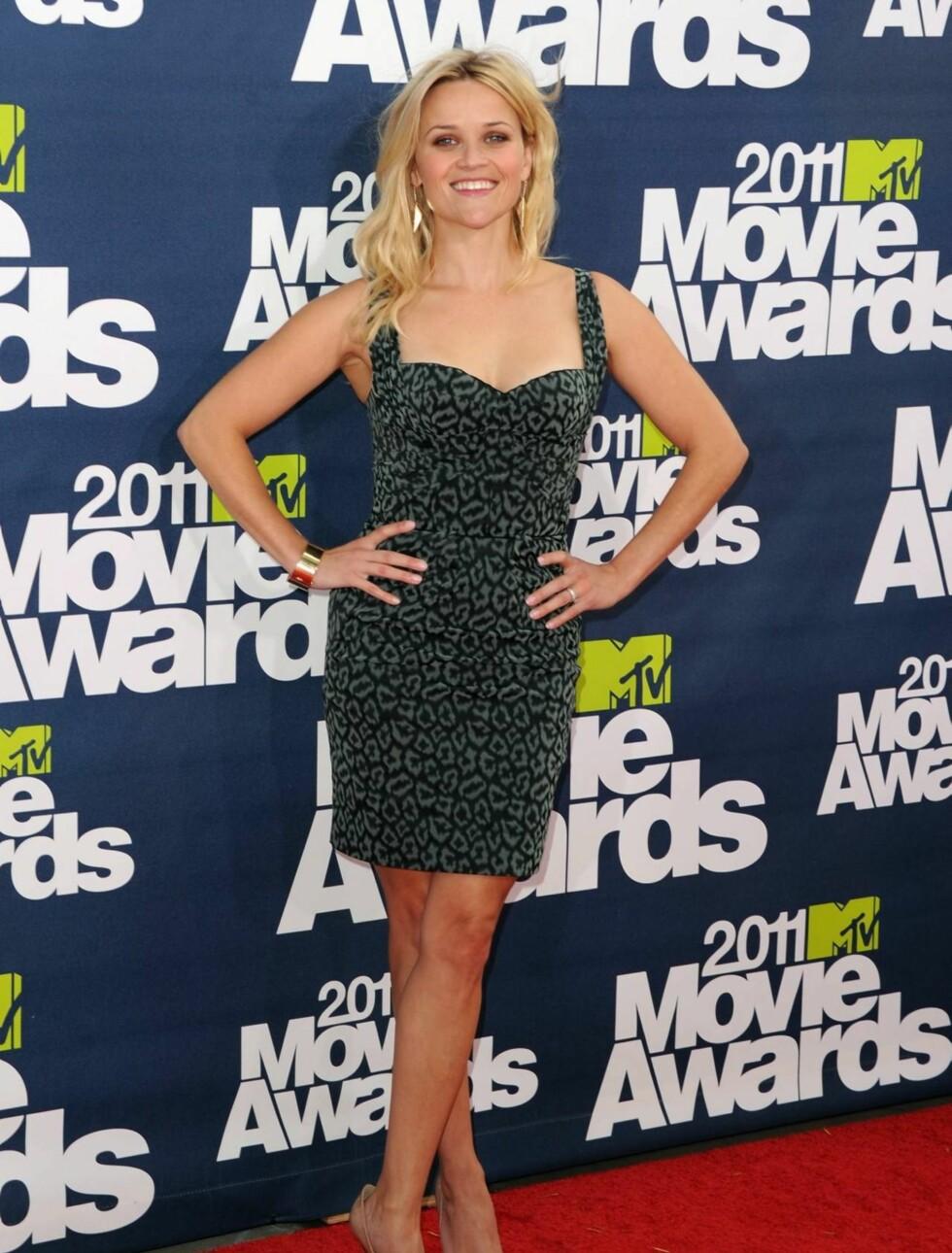 <strong>INGEN BABYKUL:</strong> Reese Witherspoon viste ingen antydning til at hun ifølge rykter skal vente et nytt barn, da hun ankom MTV-festen i sin kjole fra Zac Posen, Christian Louboutin sko og smykker fra designeren Neil Lane. Foto: All Over Press
