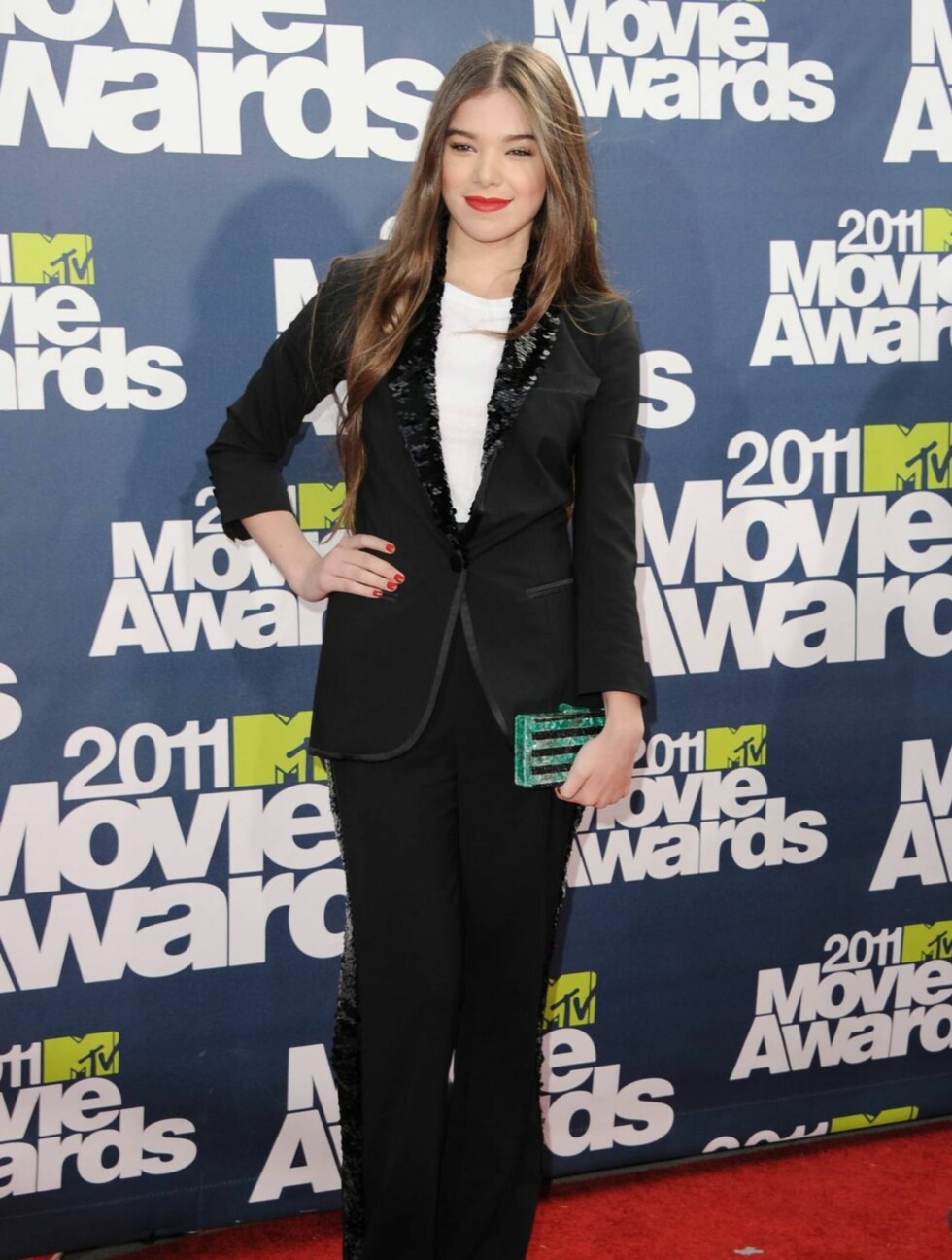 <strong>UNGT TALENT:</strong> 14 år gamle Hailee Steinfeld ble  tidligere i år Oscar-nominert for sin rolle i «True Grit». Nå står rolletilbudene i kø. Ungjenta kom i smoking fra Louis Vuitton og hadde veske fra Edie Parker. Foto: All Over Press