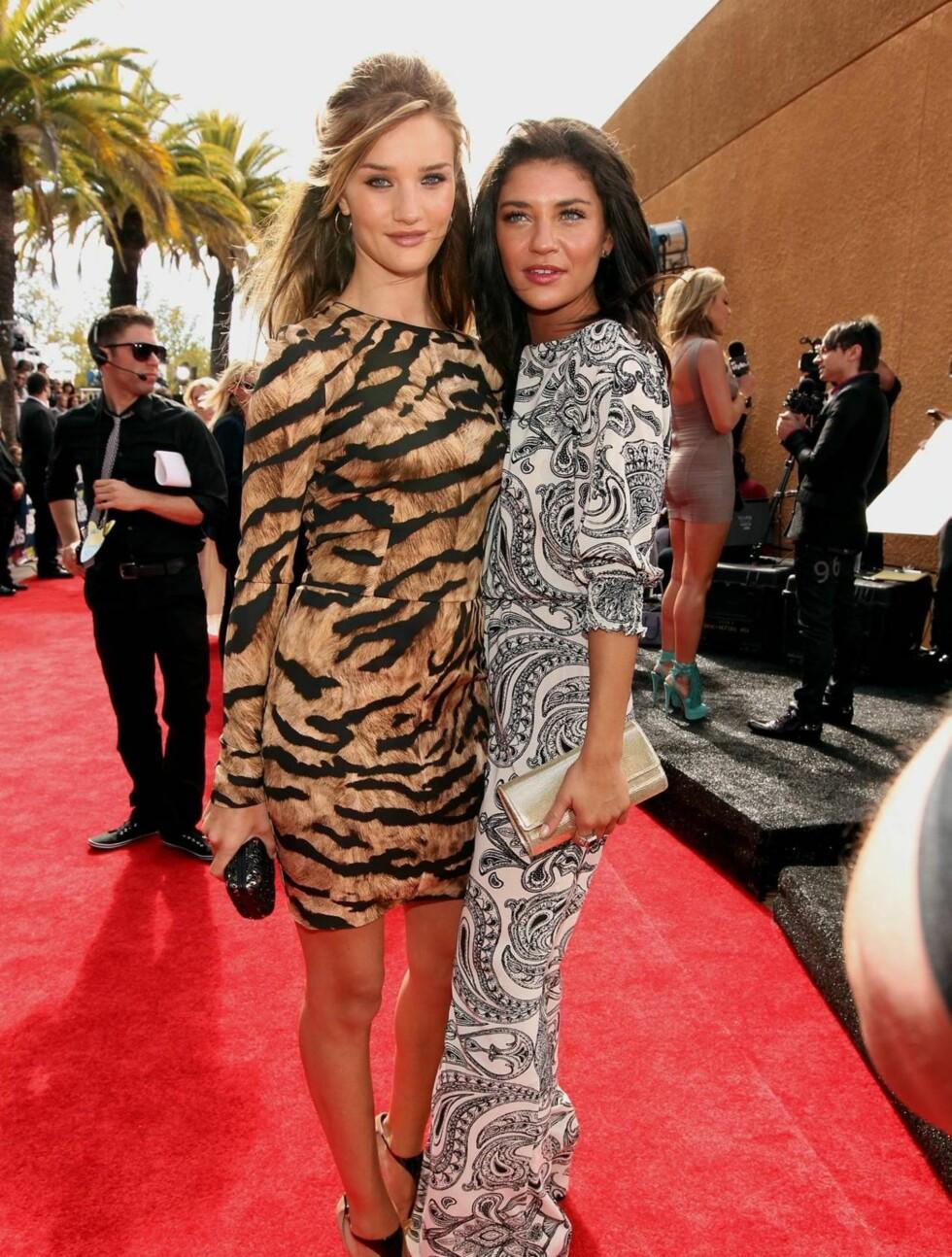 <strong>TIGER-MØNSTRE:</strong>  Rosie Huntington-Whiteley (t.v.) fra den nye «Transfornmers»-filmen ankom i en tiger-mønstret Dolce & Gabbana kjole. Her poserer hun sammen med Jessica Szohr fra TV-serien «Gossip Girl», som kom i kjole fra Alice+Olivia. Foto: All Over Press