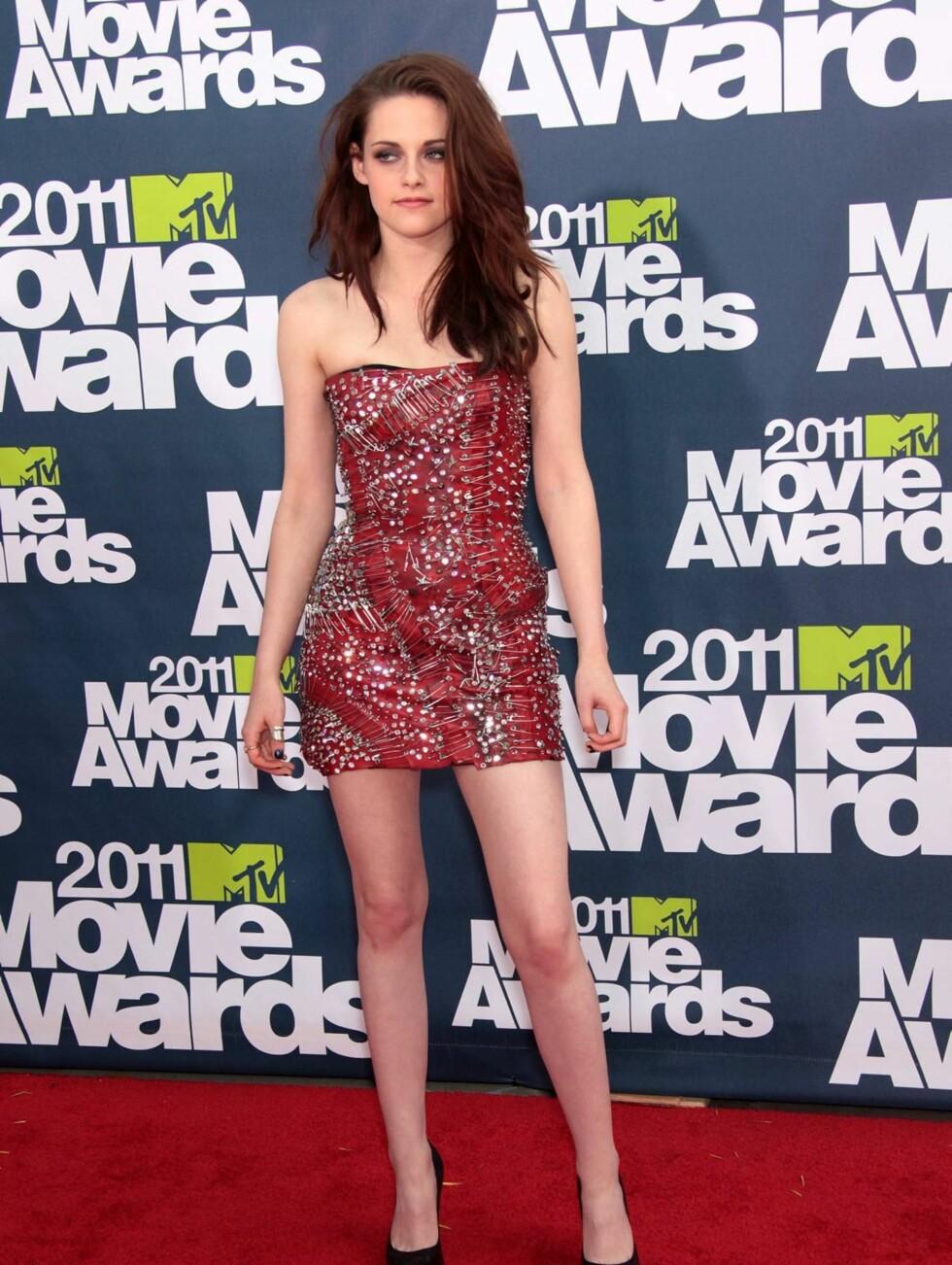 <strong>GLITRET:</strong> «Twilight»-stjernen Kristen Stewart kom i en rød kjole av merket Balmain. Foto: All Over Press