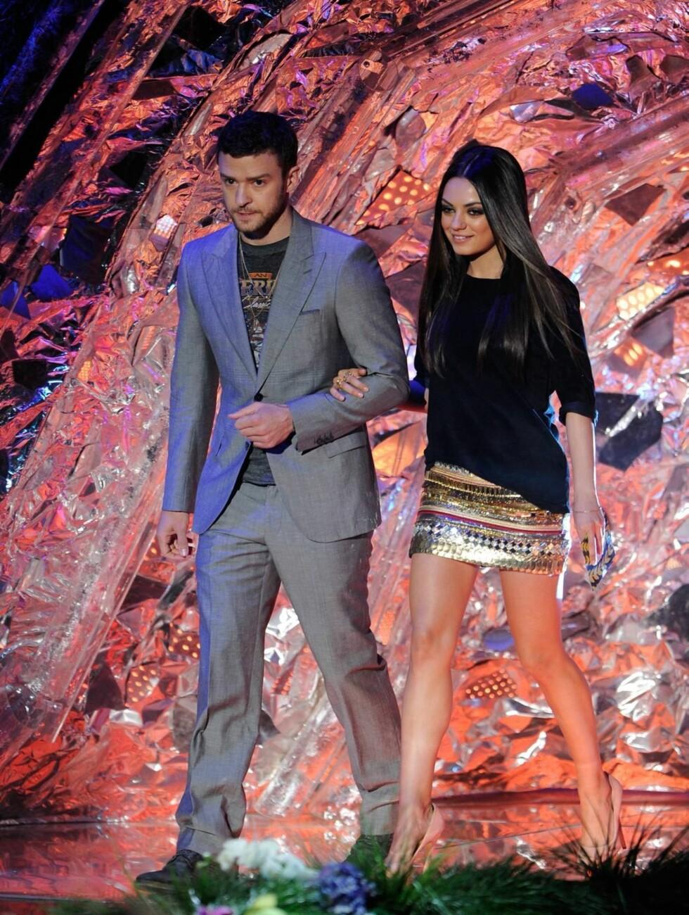 <strong>DELTE UT PRIS:</strong> Mila Kunis fra «Black Swan» ankom i topp og skjørt fra Balmain og sko fra Charlotte Olympia, da hun skulle dele ut en MTV-pris sammen med Justin Timberlake. Foto: All Over Press